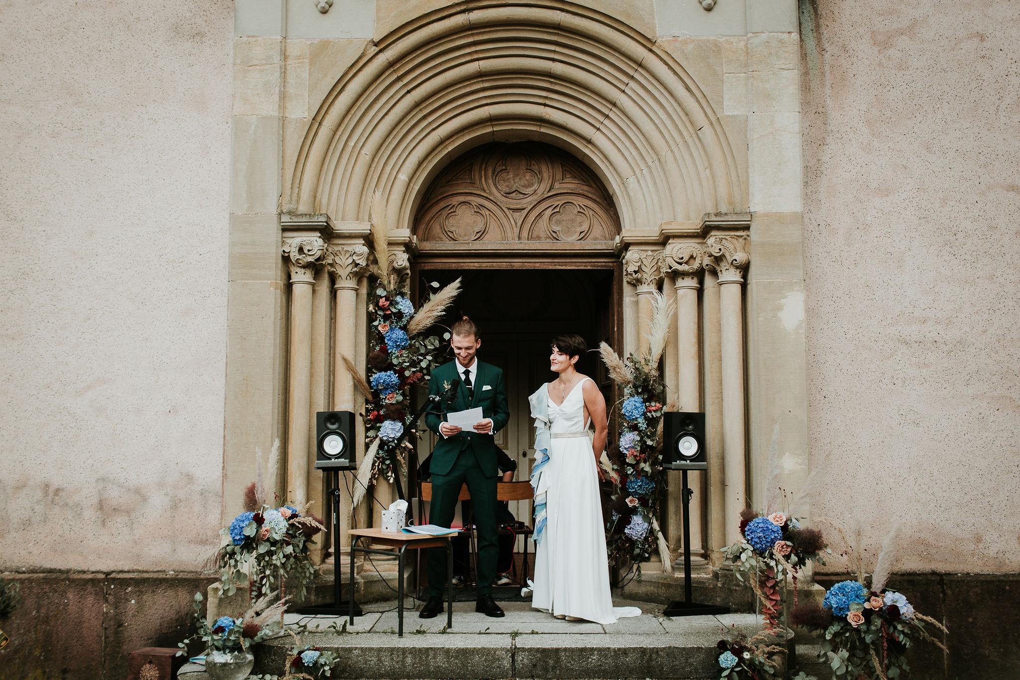 Cérémonie d'engagement mariage bohème aux notes bleutéss